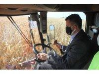 Bakan Pakdemirli, mısır hasadı ve buğday ekimi yaptı