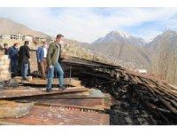 Hakkari'de evlerinin çatısı yanan aileye valilikten destek