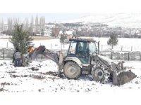 Kar yağışı ağaç dikmeye engel olmadı