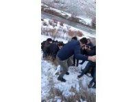 Ağrı'da şarampole yuvarlanan araçta bulunan iki kişi yaralandı