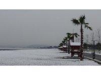 Edremit sahilleri 9 yıl aradan sonra kar yağışı ile birlikte beyaza büründü
