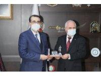 Başkan Tulup'tan Bakan Dönmez'e madenci heykeli hediyesi