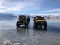 Aras Dağları zirvesinde bulunan donmuş göl üzerinde off-road heyecanı