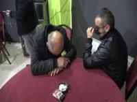 Kumar baskınında yakalandılar, tanınmamak için maskeyle gözlerini kapattılar