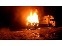 Nakliye kamyonu alev alev yandı