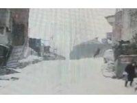 Kağıthane'de buzlanan yolda düşen vatandaşa çarpan otomobil kayarak duvara çarptı