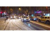 Malatya'da kar yağışı ve tipi sürücülere zor anlar yaşattı