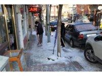 Emet Belediyesi kaldırım ve caddelerin buz ve karını temizliyor