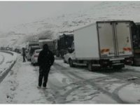 Kar yağışı hayatı felç etti, Mardin-Diyarbakır karayolunda ulaşım durdu