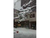 Çatıdan düşen kar kütlesi korkuttu