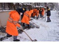 Malatya'da karla mücadele aralıksız sürüyor