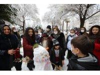 Denetime çıkan Başkan Şahin, polis ve çocuklarla kar topu oynadı