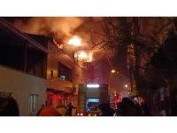 2 katlı evde çıkan yangın yan binalara sıçramadan söndürüldü