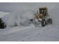 Refahiye'de 1 metreyi aşan karda ekiplerin yol açma çalışması