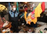 Mersin'de bir evden 5 kamyon çöp çıkarıldı