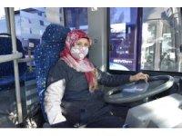 Burdur'da ilk kadın halk otobüsü şoförü Aysel Gürdal direksiyon başında