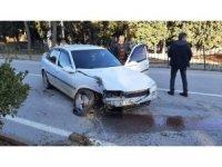 Sürücüsünün hakimiyetini kaybettiği otomobil refüje çıktı