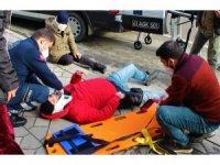 Yolun karşısına geçmek isteyen kadına motosiklet çarptı: 2 yaralı