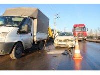 Yolda doğalgaz çalışması yapan işçilere otomobil çarptı: 3 yaralı