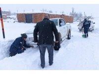 Kar ve tipide mahsur kalan gazetecileri VEDAŞ ekipleri kurtardı