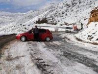 Uludere'de yollar buz pistine döndü, kazalar kaçınılmaz oldu