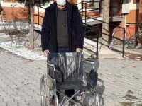 Dernekler aracı oldu, ihtiyaç sahibine tekerlekli sandalye teslim edildi