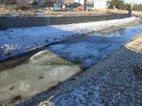 Hava sıcaklığı düşünce Şuhut'ta Gali Çayı dondu