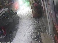 Çatıda biriken dev kar kütlesi aracın üstüne düşerek maddi hasara neden oldu