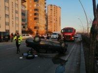 Kontrolden çıkan otomobil ağaca çarpıp takla attı: 2 yaralı