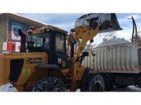 Karlıova'da, kar kamyon kamyon ilçe dışına taşınıyor