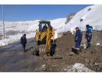 Hakkari'de dondurucu soğukta su mesaisi