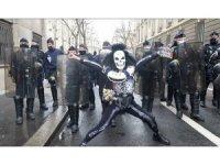 Paris'te sol sendikalar şirketlerin işçi çıkarmasını protesto etti