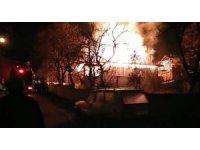 Amasya'da korkutan ev yangında alevler çatıyı sardı