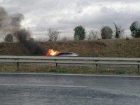 Otobanda yanan araç kullanılamaz hale geldi