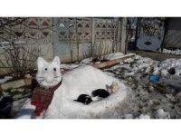 Kar birikintileri ile 'kardan kedi' yaptılar
