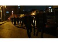 Polis kumar oynanan mekana koçbaşıyla daldı