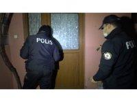 Kısıtlama saatinde hırsızları asker gördü, polis yakaladı