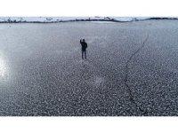 Sivas'ta gölet dondu, üzerine çıkıp yürüdüler