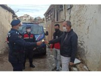 Jandarma, yolda bulduğu cüzdanı sahibine teslim etti