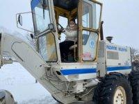 Bayan belediye başkanı greydere binerek kar kürüdü