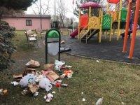 Çocuk parkını çöplüğe dönüştürdüler