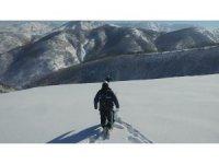 VEDAŞ ekipleri karlı tepeleri kar motoru ve paletli araçla aşarak arızaları gideriyor