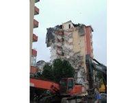 Yıkımı yarım bırakılan binada oluşan göçük, havanın aydınlanmasıyla görüldü