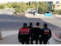 Jandarma, 4 yıl 2 ay kesinleşmiş hapis cezası ile aranan şahsı yakaladı