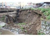 Aydın'da Tabakhane Deresi'nde istinat duvarı yıkıldı
