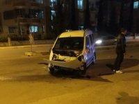 Kamyonet ile hafif ticari araç çarpıştı: 2 yaralı