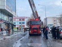 Ardahan'daki çatılarda tehlike oluşturan buz sarkıtları itfaiye ekiplerince temizlendi