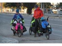 Bisikletleriyle dünya turuna çıkan iki çocuklu Fransız çift Beyşehir'de