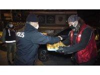 Hayırsever vatandaşlardan görevli polise çay ve pasta ikramı