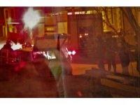 Yanan otomobilini yangın tüpüyle kurtarmaya çalıştı